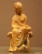 Femme assise sur un banc (275 av. JC)