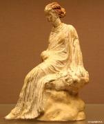 Femme assise sur un rocher (300 av JC)