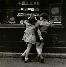 Boubat - Enfants à la vitrine 1948
