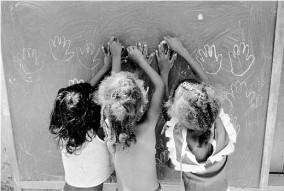 Boubat - Mains d'enfants