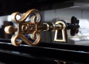Clef piano Steinway recadrée