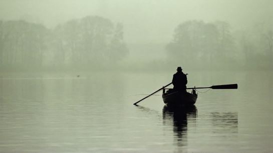 Matin-Brouillard-lac-bateau-pêcheur-Hd