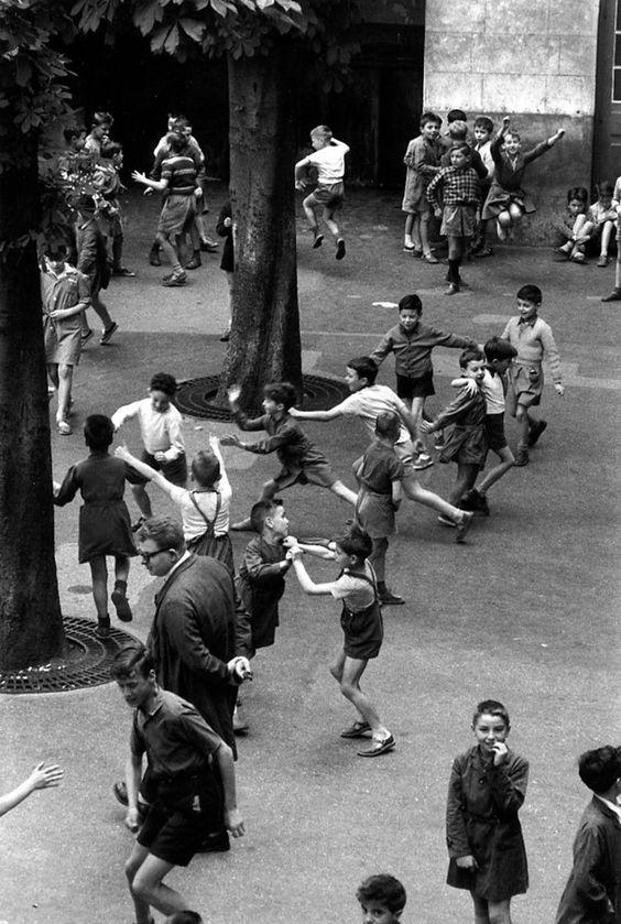 Robert Doisneau - La cour de récrtéation 1956